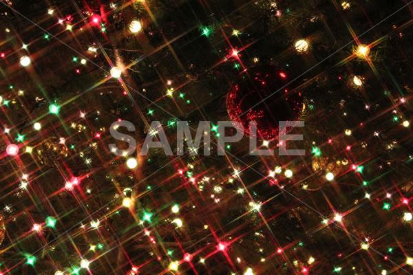 クリスマスオーナメントがキラキラと輝く抽象的イメージの背景用写真