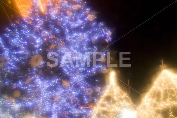 ぼかしがかけることでソフトな印象になったクリスマスツリーのイルミネーション背景