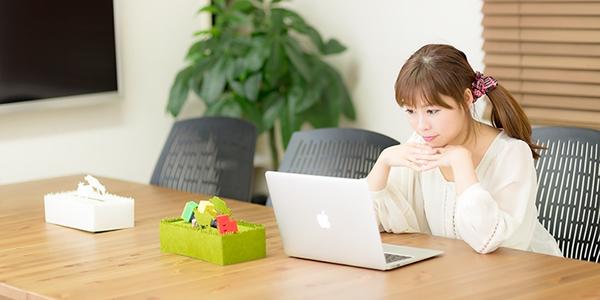 パソコンに向かって働くフリーランスの女性