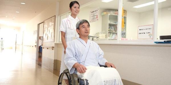 車椅子に乗った高齢男性