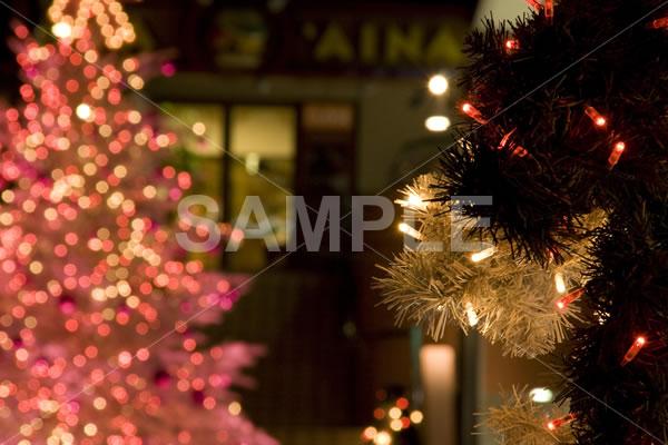 ピンク色に光るクリスマスツリーがぼんやりと写ったイルミネーション背景