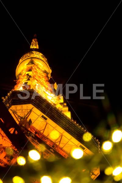 下から見上げた東京タワーのクリスマスイルミネーション