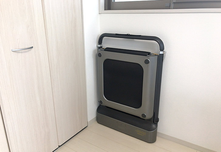 部屋の隅に置いたウォーキングパッドR1